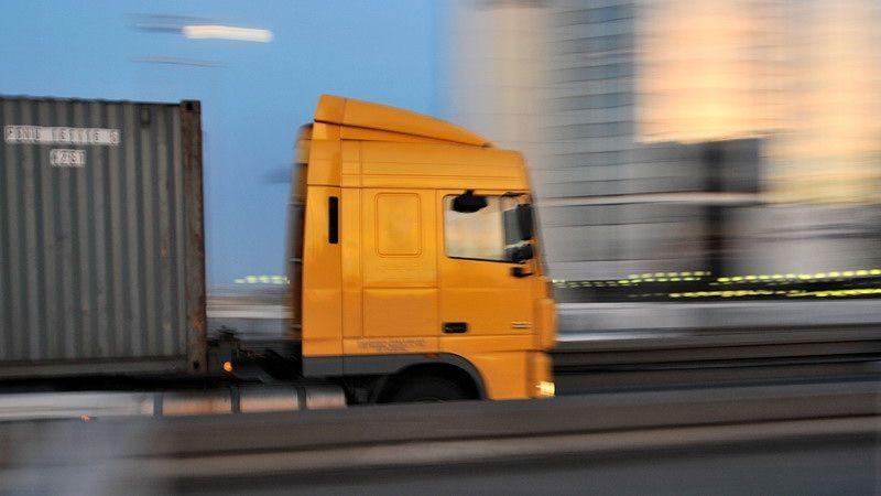 Chlapec ujel tisíc kilometrů pod kamionem