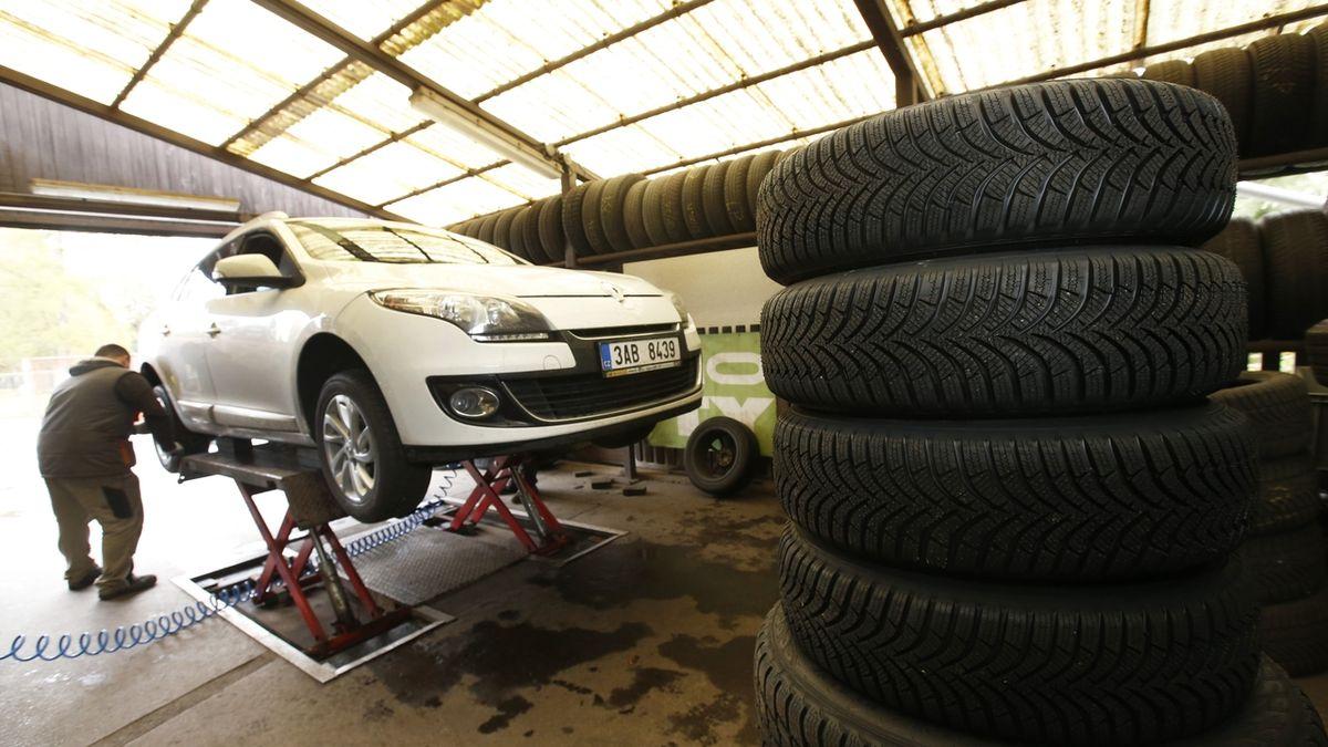 Na letní pneumatiky přezula jen desetina řidičů, nejspíš i kvůli uzavření okresů