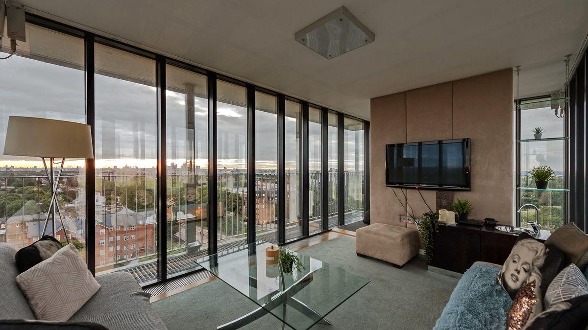 Upravený byt ve vodárenské věži připomíná maják tyčící se nad mořem velkoměsta