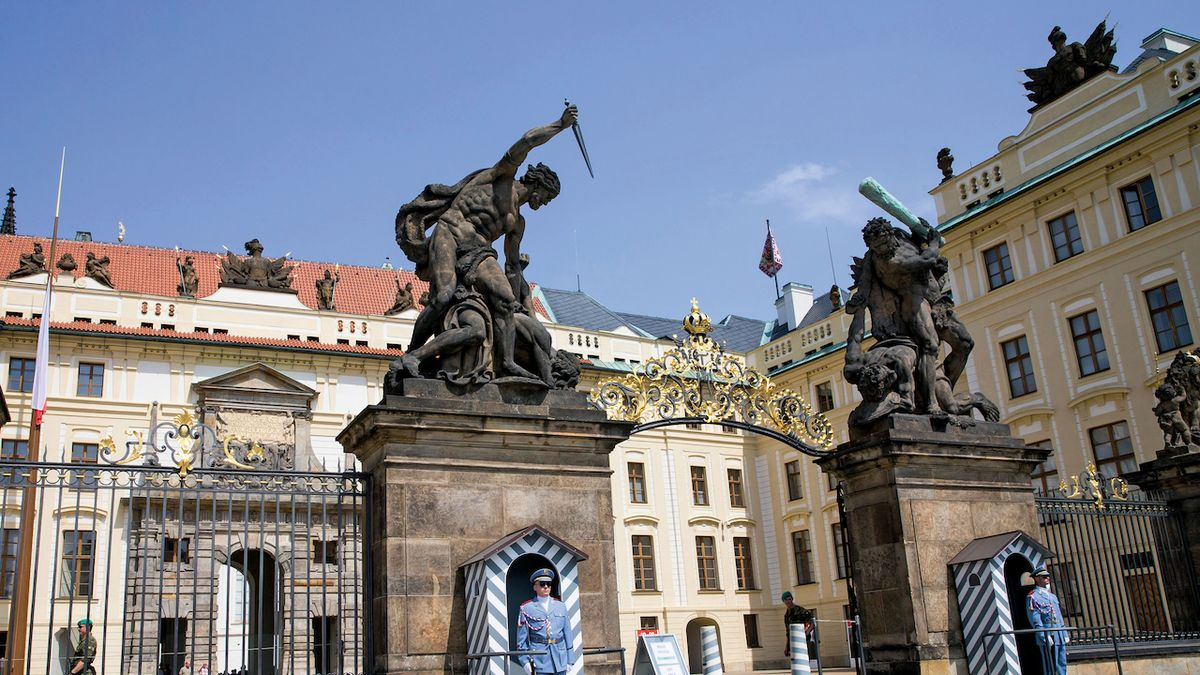 Třicet tisíc svíček na nádvoří Pražského hradu připomněly oběti covidu. První rozsvítil prezident