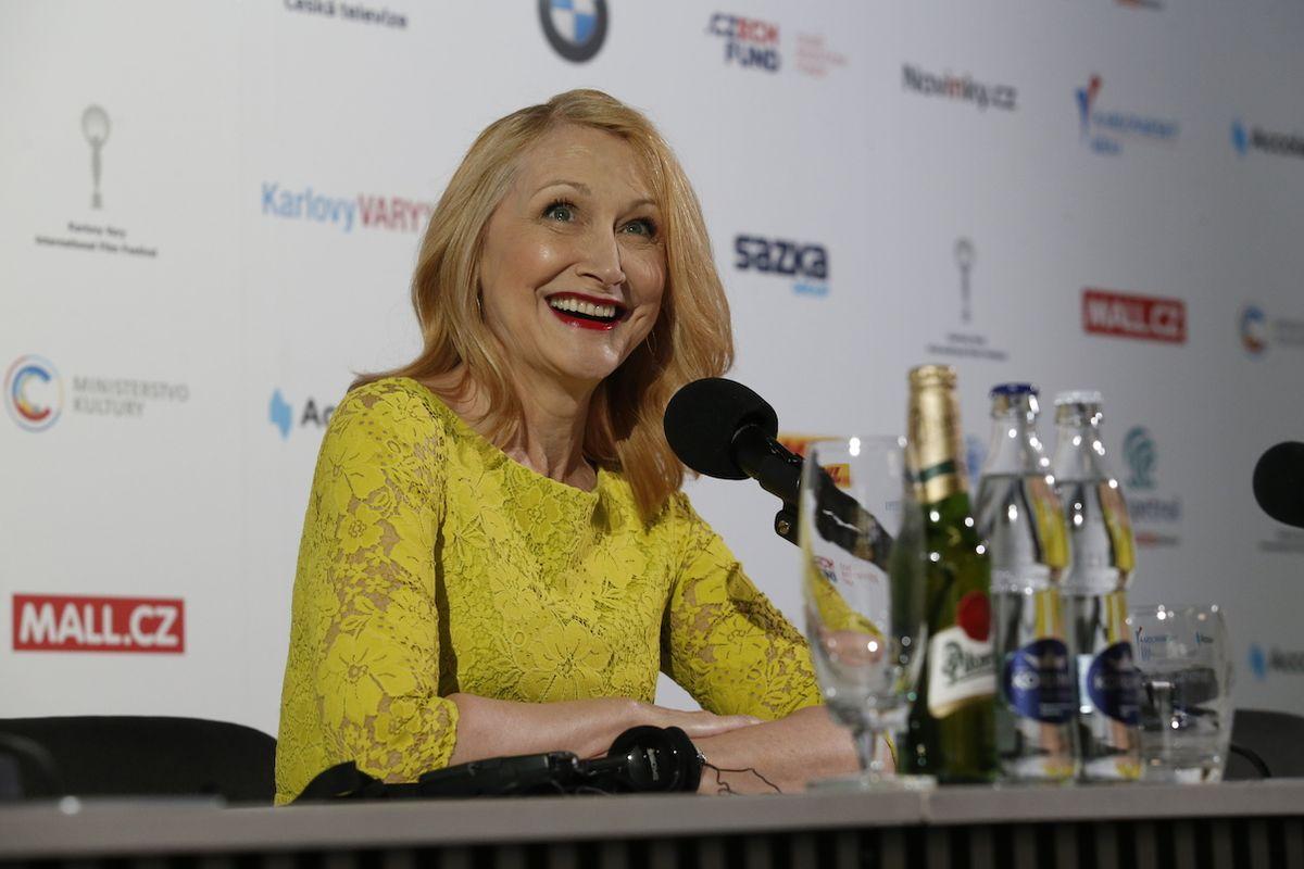 Patricia Clarksonová na tiskové konferenci na karlovarském filmovém festivalu