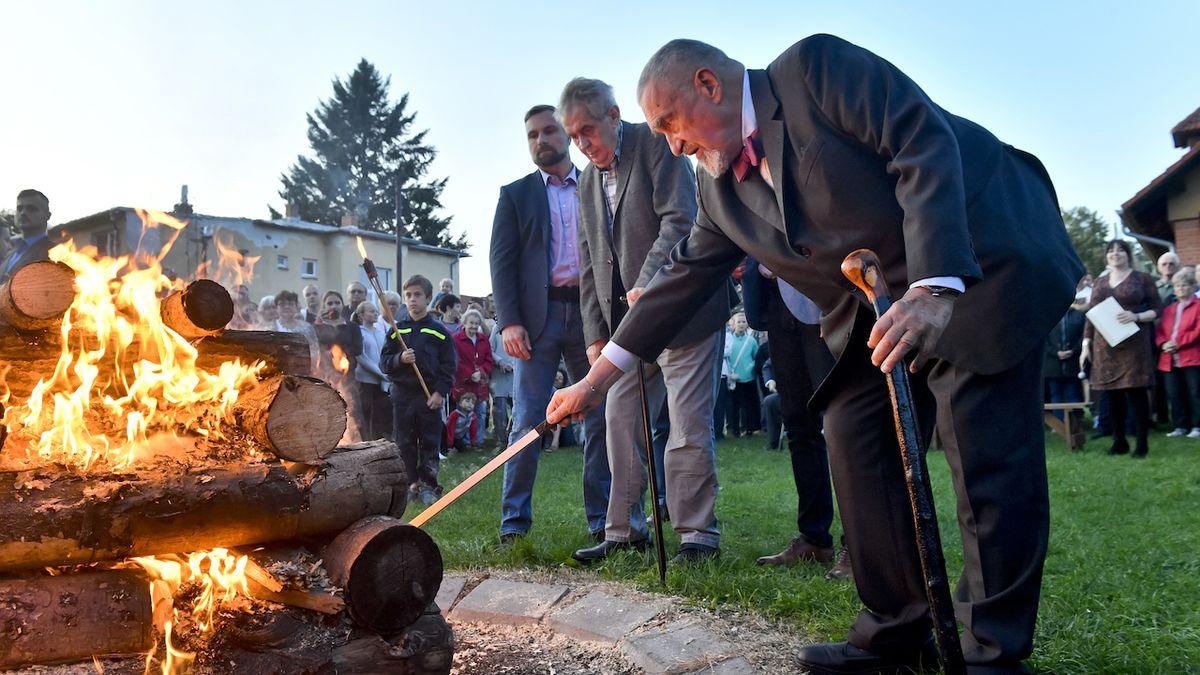 Zeman a Schwarzenberg v Lánech zapálili vatru k výročí Masarykova úmrtí