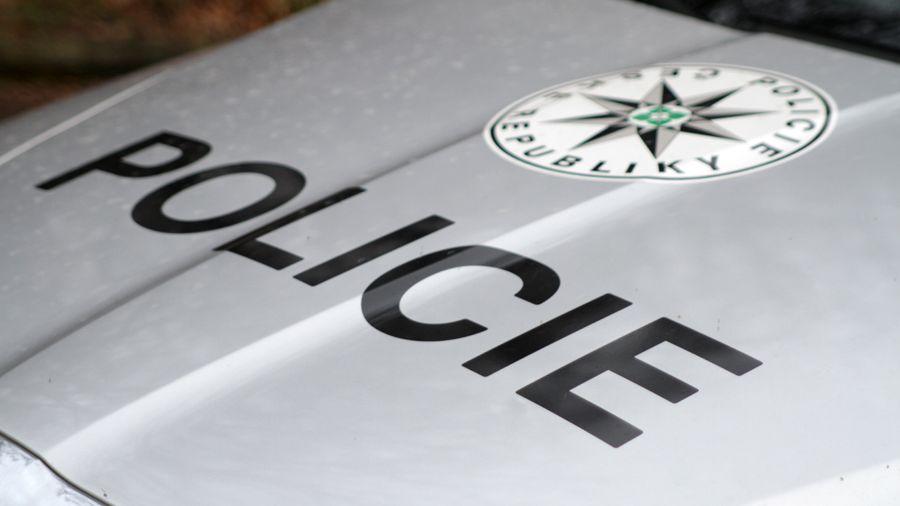 Řidič v Českých Budějovicích úmyslně nabral muže na kapotu a ujel