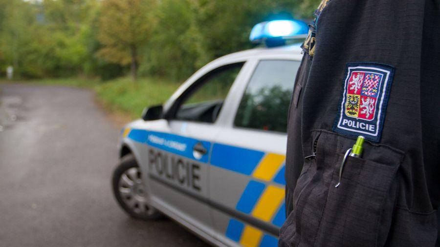 Nárazy do aut vzbudily muže ve Zlíně. Namol opilý řidič se snažil vyjet z parkoviště
