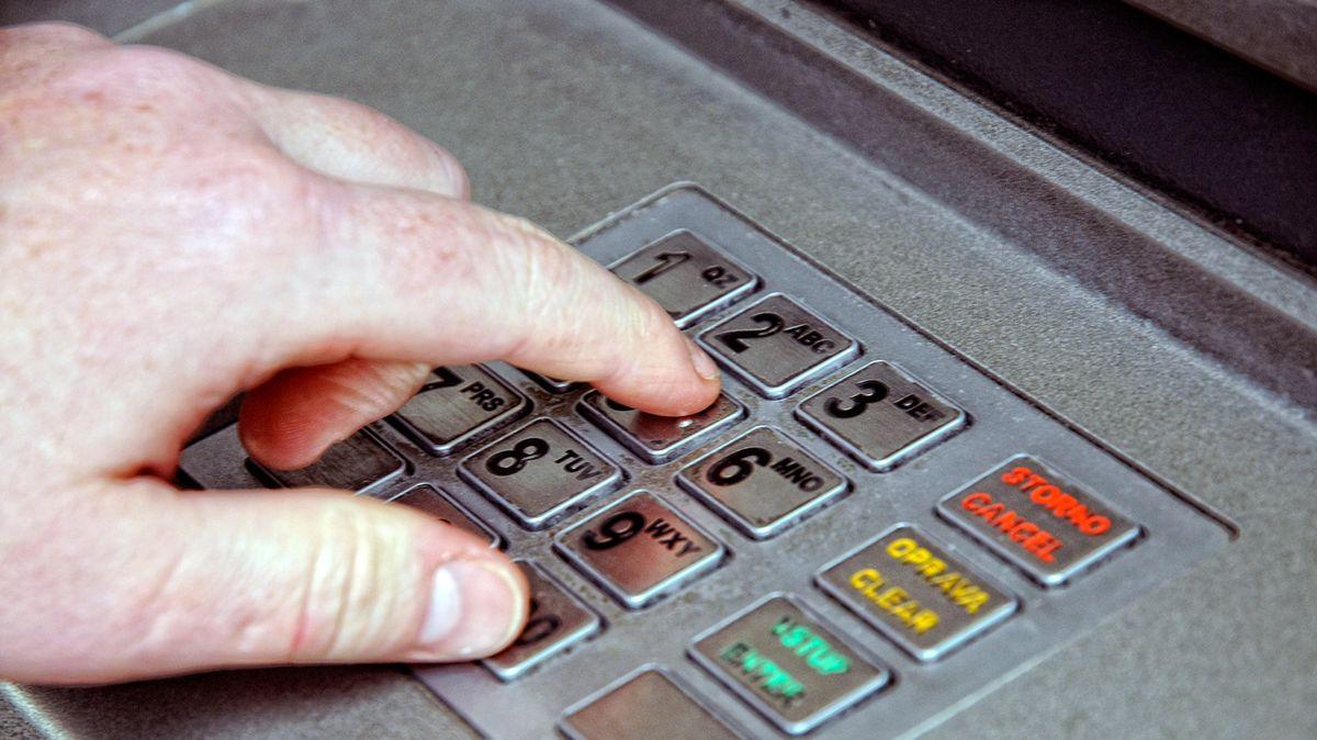 Muž slepě plnil pokyny po telefonu. Vzal úvěr, vybral peníze a vložil je do kryptoměn