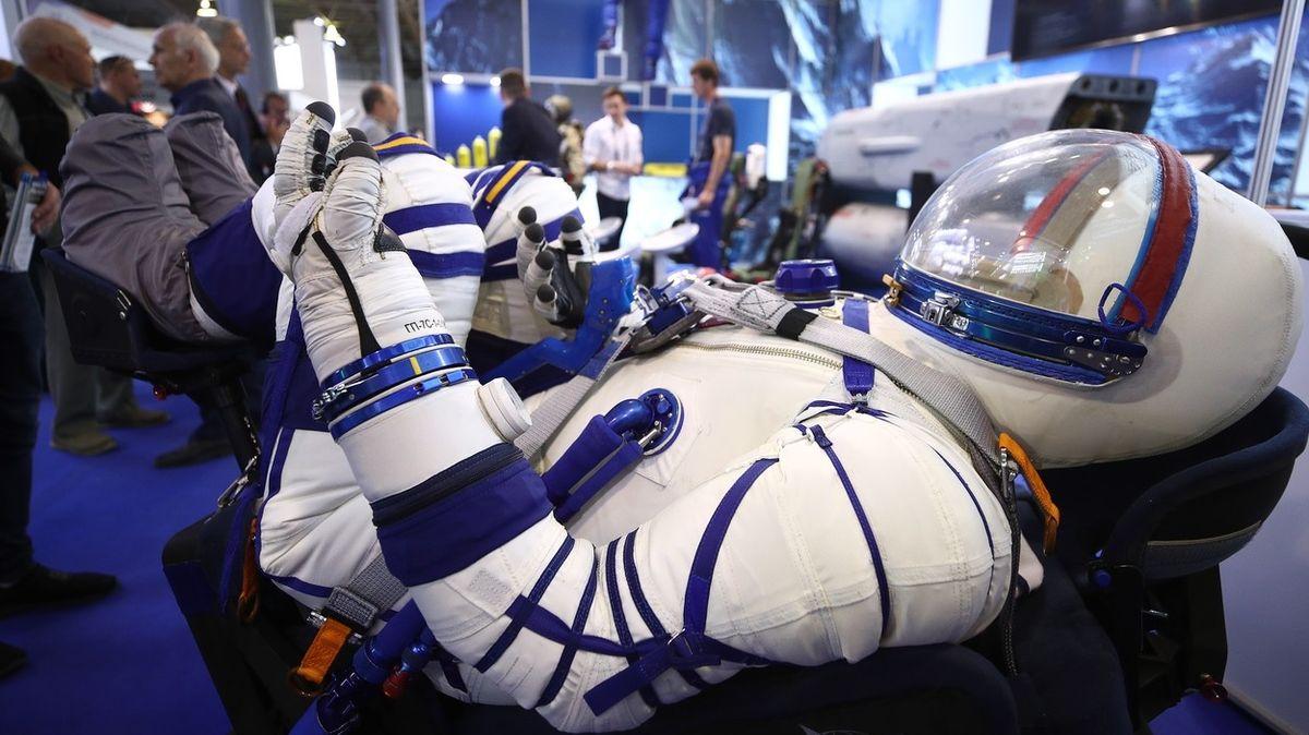 Nové ruské skafandry kosmonautům neumožní tradičně močit na kola autobusu