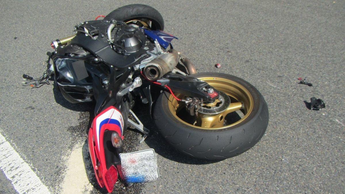Řidič dodávky zřejmě nedal přednost motorkáři, ten po střetu zemřel