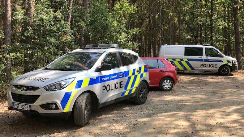 Muž vlekl dívku do auta v Mimoni, pátrání ukončila sebevražda