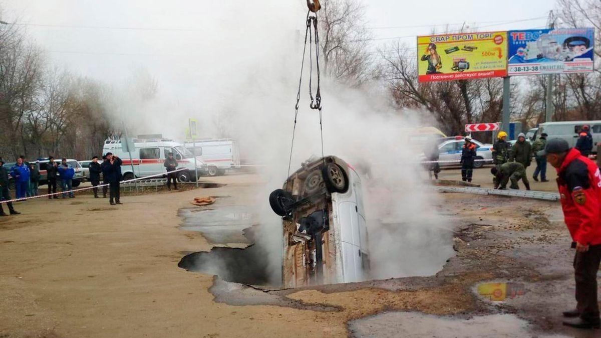 Horká voda z potrubí usmrtila v Rusku dva muže, pod kterými se propadla vozovka