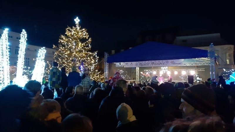 Ve Šternberku slavnostně rozsvítili vánoční strom