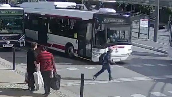 Trolejbus srazil v Pardubicích 12letého chlapce. Strážníci zveřejnili video