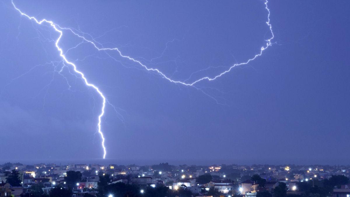 Hrozí silné bouřky s kroupami i přívalovými srážkami, varovali meteorologové
