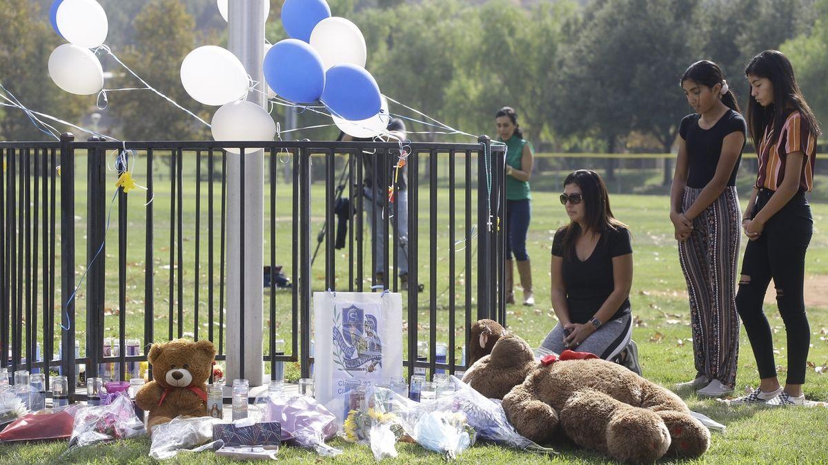 V nemocnici zemřel 16letý střelec, který v den narozenin na kalifornské škole zabil spolužáky