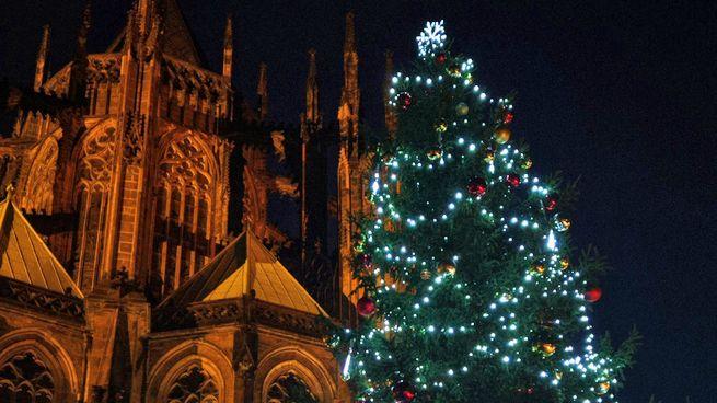 Na Pražském hradě se rozzářil vánoční strom a začala sbírka