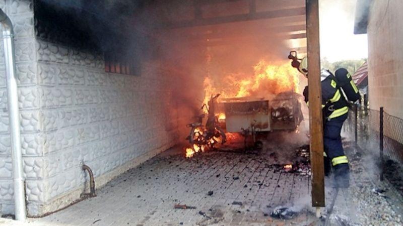 Při požáru karavanu utrpěl jeho majitel popáleniny