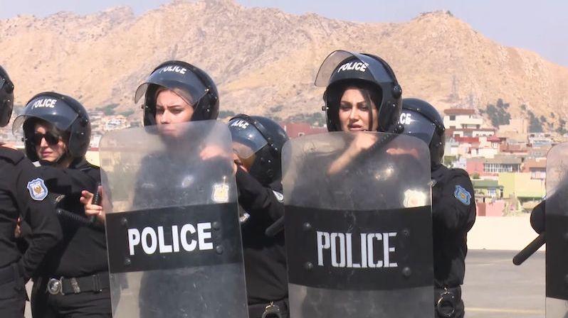 Obušky, štíty, helmy: V Iráku se cvičí čistě ženská policejní jednotka