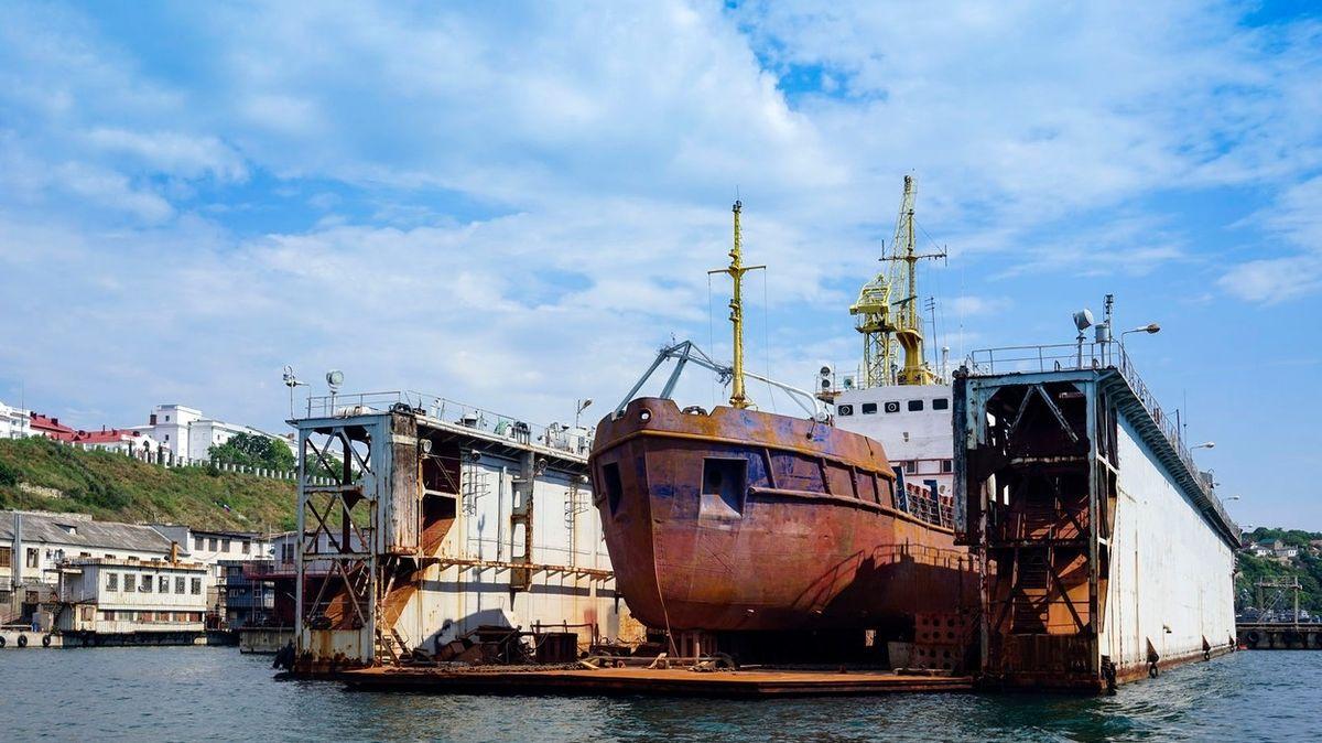 Ruská ponorka šla v Sevastopolu ke dnu i s dokem
