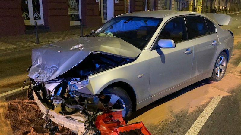 Opilý mladík za volantem BMW v Praze naboural šest aut