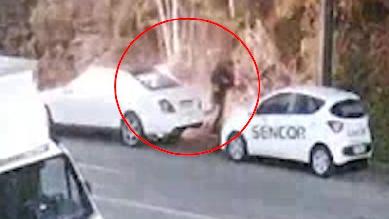 Muž v Praze zapálil luxusní mercedes, vybuchl mu do obličeje
