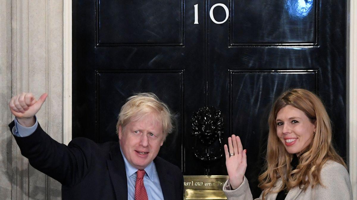 Britský premiér Johnson plánuje svatbu za rok, už teď rozeslal pozvánky