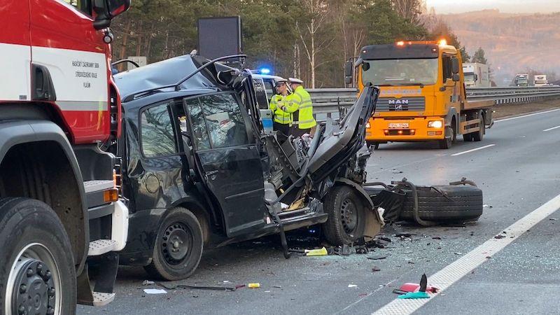 V koloně na D1 se srazilo osobní auto s kamionem, jeden mrtvý