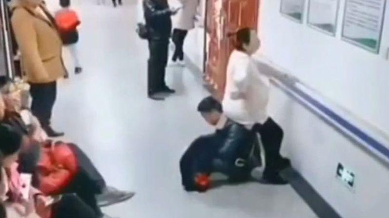 Těhotnou v čekárně nikdo sednout nepustil. Partner zareagoval pohotově