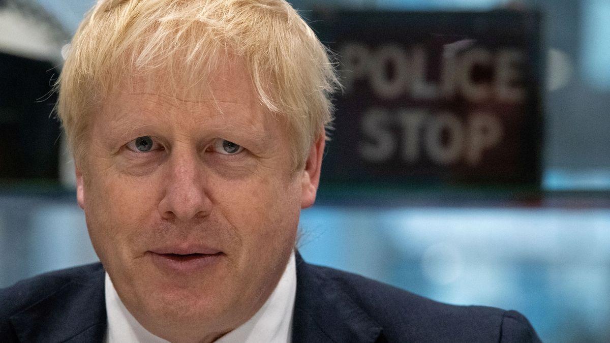 Britští konzervativci si v průzkumech udržují náskok