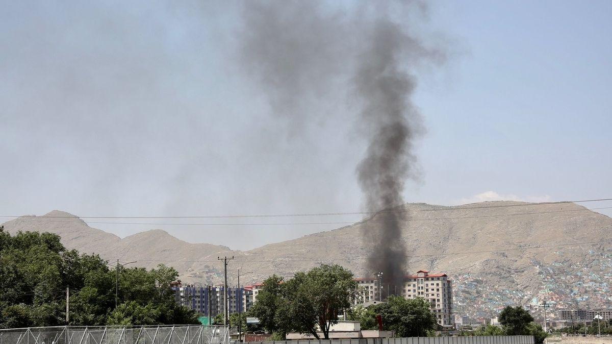 V Kábulu poblíž letiště vybuchla nálož. Usmrtila sedm lidí, další jsou zranění