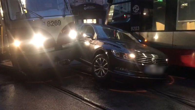 Auto v centru Prahy se napasovalo mezi dvě tramvaje