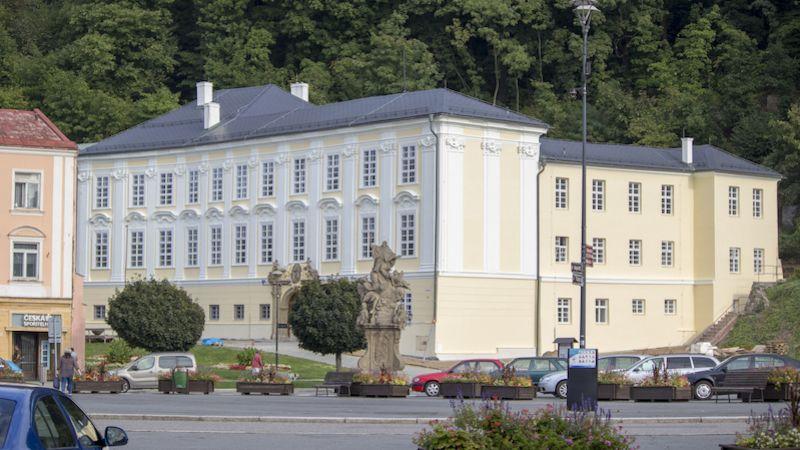 Fulnecká knihovna nově sídlí vKnurrově paláci. Nese jméno J. A. Komenského