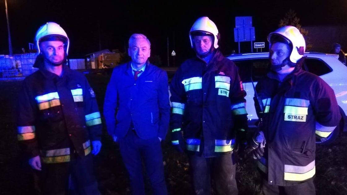Polský politik zachránil malého chlapce z hořícího auta