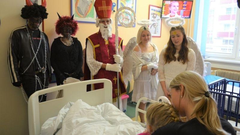 Mikuláš naděloval dětem hospitalizovaným vnemocnicích Středomoravské nemocniční