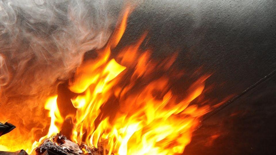 Rusové se pokusili uhasit hořící auto sněhem