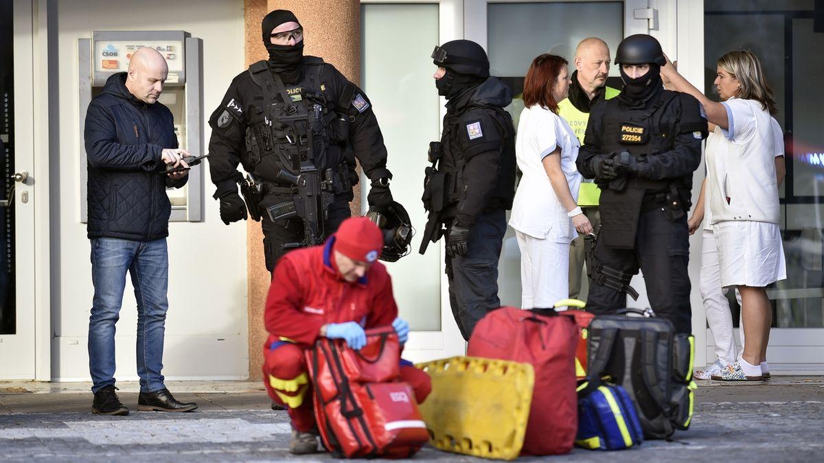 Stát přispěje pozůstalým po obětech střelby v Ostravě 300 tisíc. Rozezní se sirény