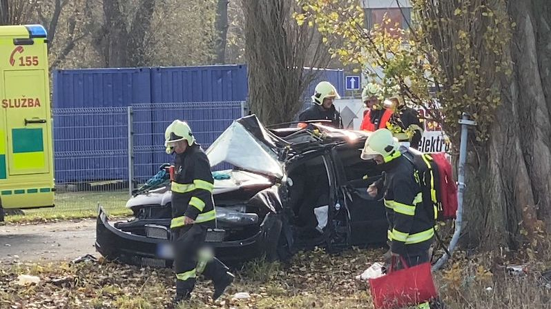 U Poděbrad narazilo auto do stromu, tři zranění