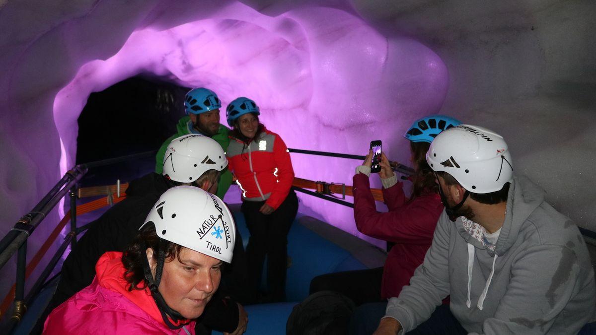 V přírodním ledovém paláci na Hintertuxu se svezete člunem nebo si zaplavete