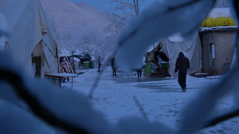 Migranti uvízli v bosenském táboře a hrozí jim umrznutí. Vláda neví, co s nimi