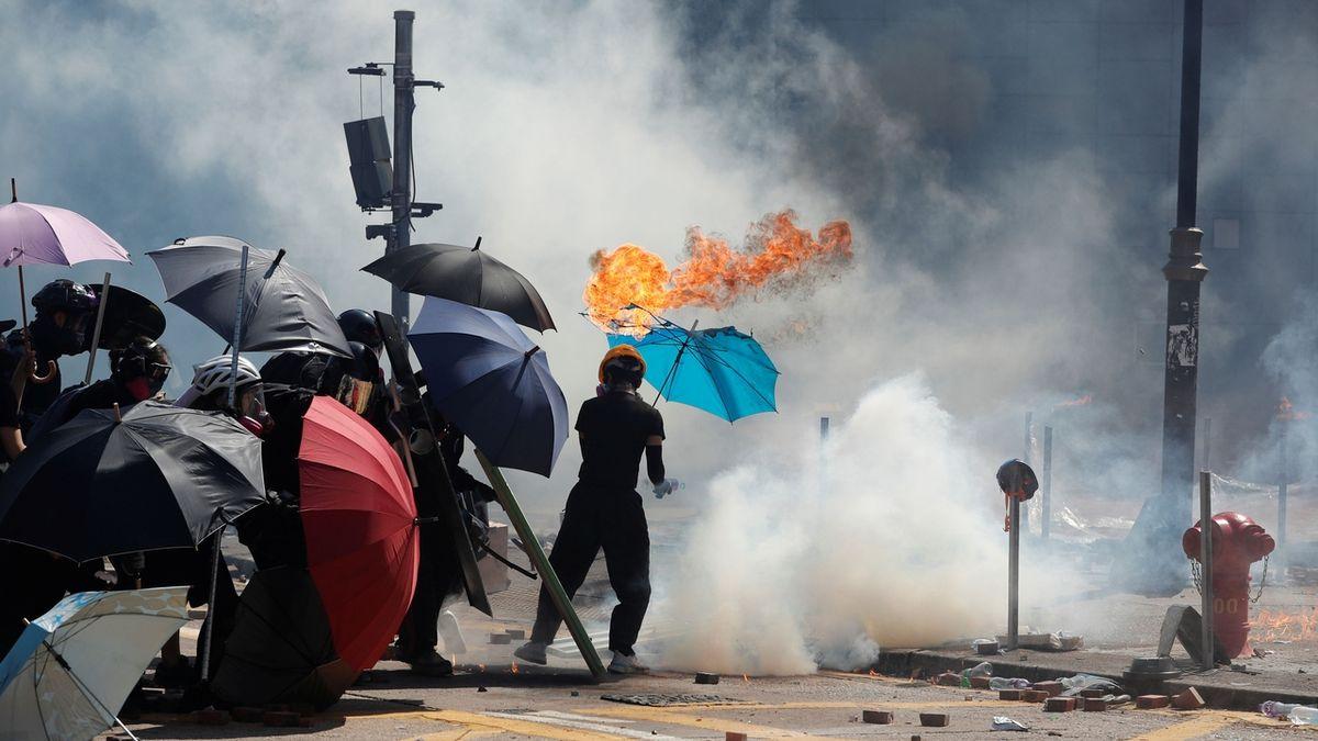 Hongkongská policie použila proti protestujícím opět slzný plyn