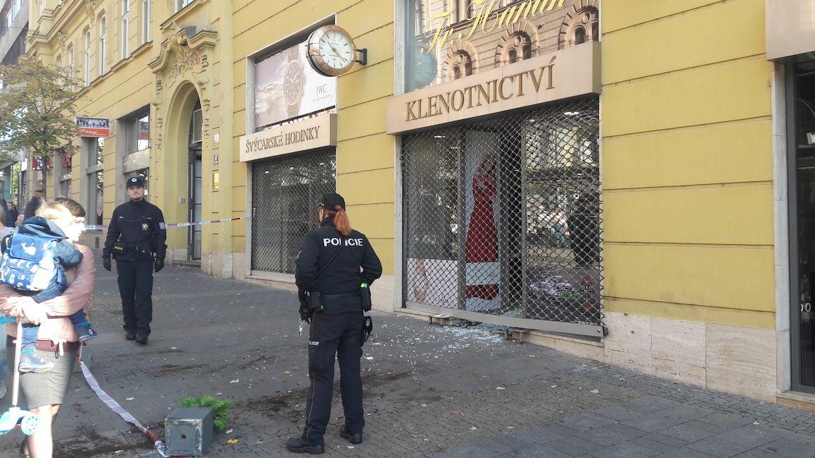 Zloději vytrhli mříž luxusního hodinářství v Brně a ukradli zboží za miliony
