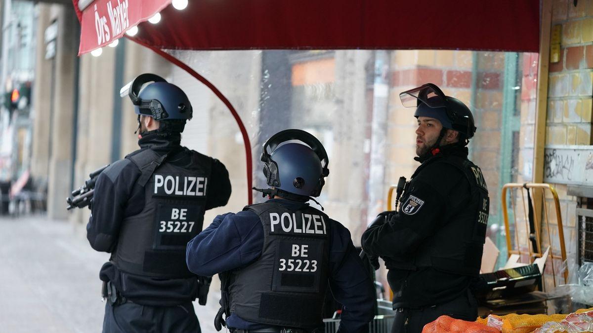 Chaos v Berlíně. Údajná loupež se střelbou se nestala, tvrdí policie