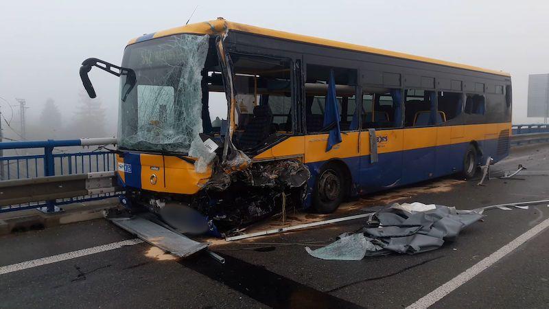 Autobusu se u Břeclavi srazil s dodávkou převážející bazén. Šest zraněných
