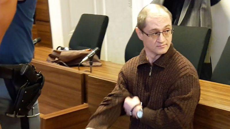 Na mých rukách krev není, tvrdí Ukrajinec obžalovaný za 19 let starou vraždu studenta v Praze