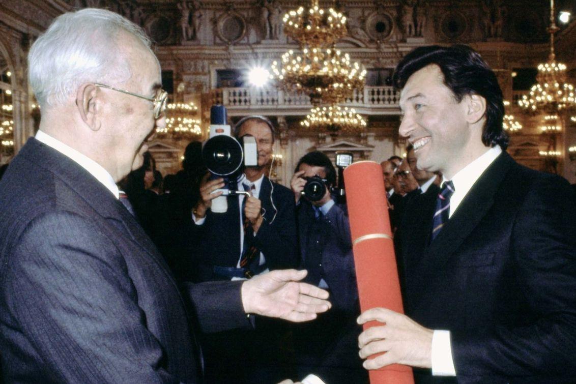 Karel Gott přebírá titul Národní umělec z rukou prezidenta ČSSR Gustáva Husáka v dubnu 1985.