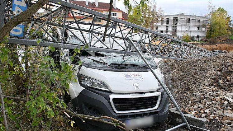 Na stavbě v Praze se zřítil dvacetimetrový jeřáb, spadl na auto