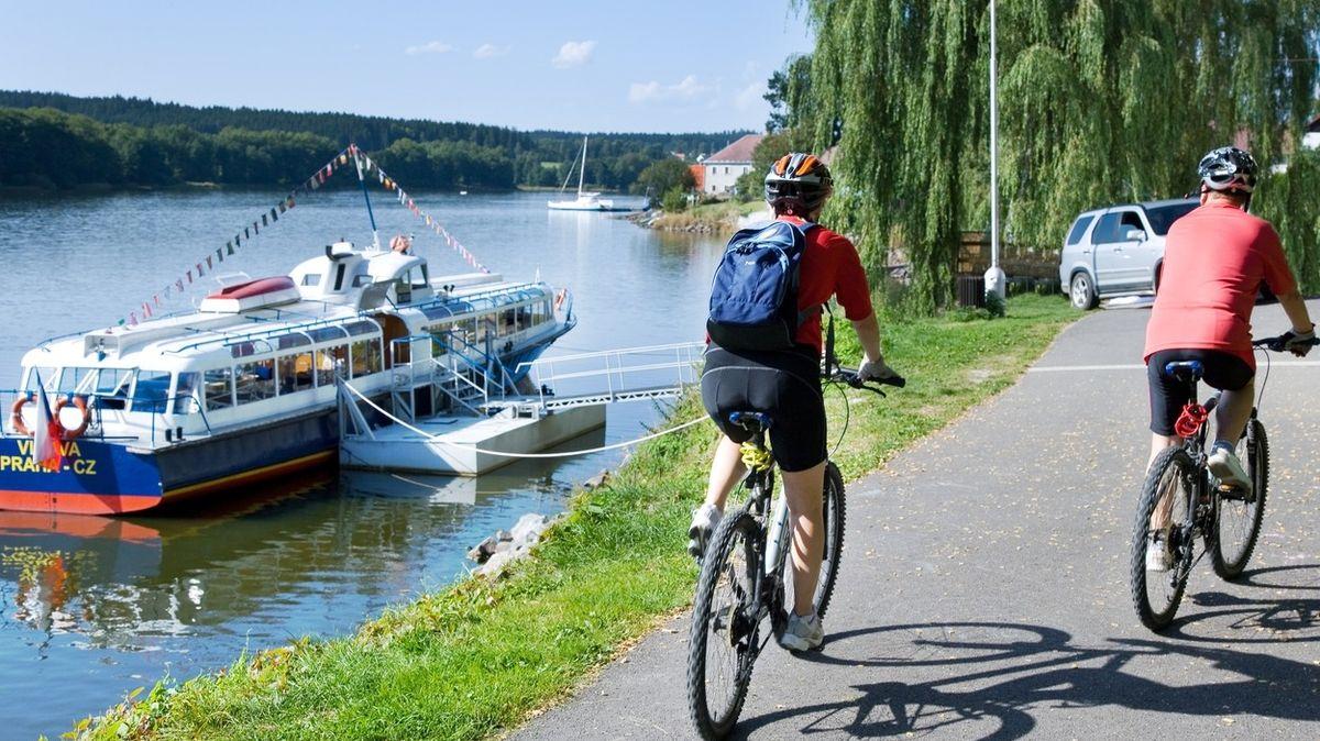 Nová cyklostezka vede nad hladinou lipenské přehrady