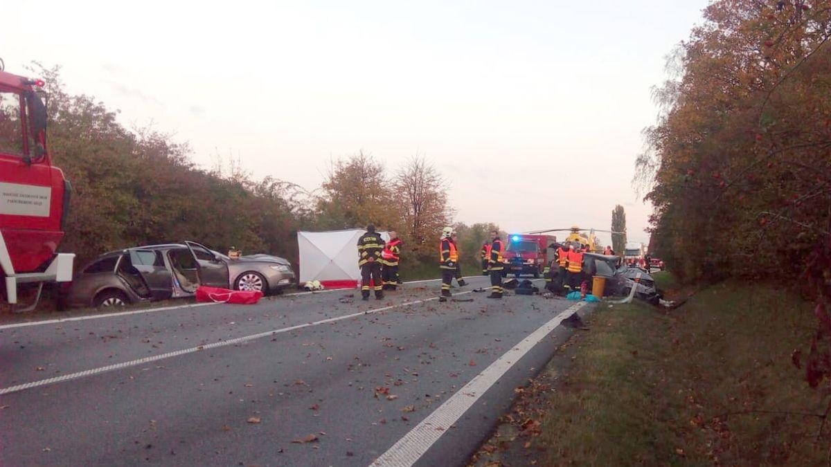 Při čelní srážce dvou aut začalo jedno hořet, řidič nepřežil