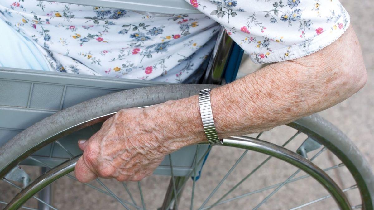 Důchodkyně pašovala v invalidním vozíku tři kila kokainu