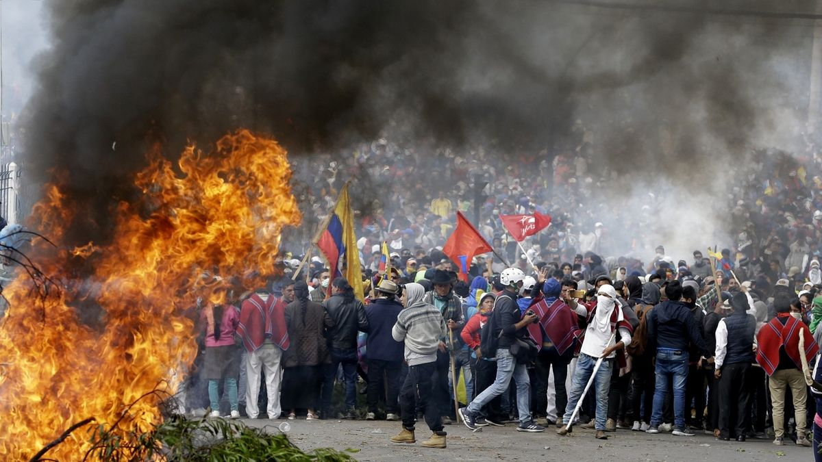 Demonstranti v Ekvádoru vnikli do parlamentu, v zemi panuje chaos