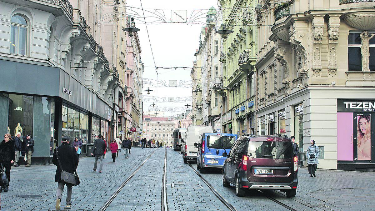 V Brně mají pěší zónu. Projíždějí jí tisíce aut
