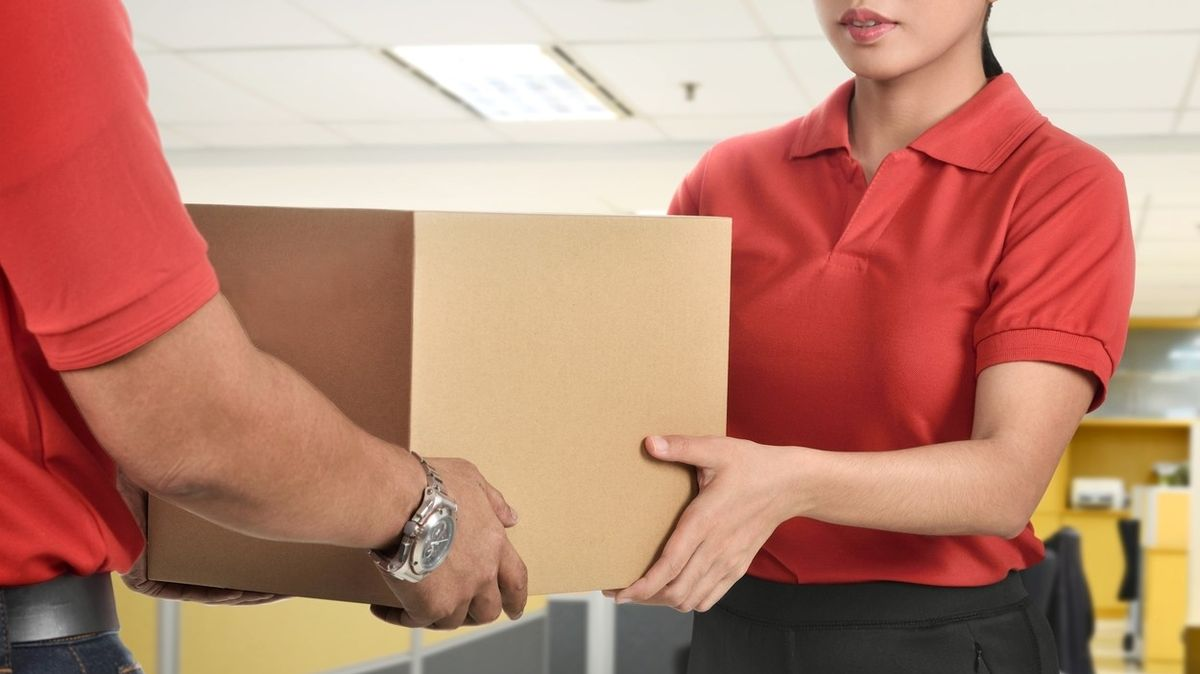 Pošta, kurýr, nebo osobní vyzvednutí? Před Vánoci bude rušno hlavně v externích výdejních místech